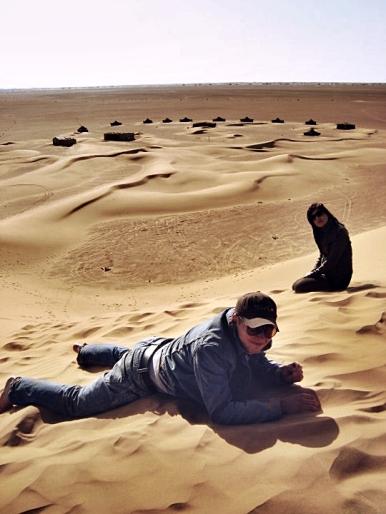 Agnes et moi, saharyjska wioska na drugim planie