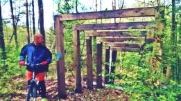Adam podziwia sztukę w lesie