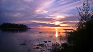 zaczyna się: spektakl zachodzącego słońca nad jeziorem Vanern
