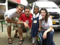 Polak, Grek i Słowenka pozują do zdjęcia z uroczą hinduską dziewczynką