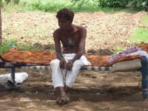 odpoczywający mężczyzna w cieniu