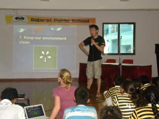 nasz kolega Bryan daje prezentacje o środowisku