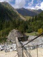 zwodzony most na trekkingu w Swanetii