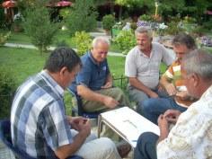 albańscy dziadkowie grają w gry