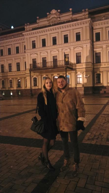 z przyjaciółką przed Kijowską Akademią Dyplomatyczną