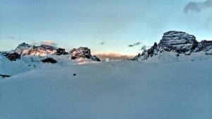 zachód słońća nad schroniskiem rifugio Drei Zinnen Hutte