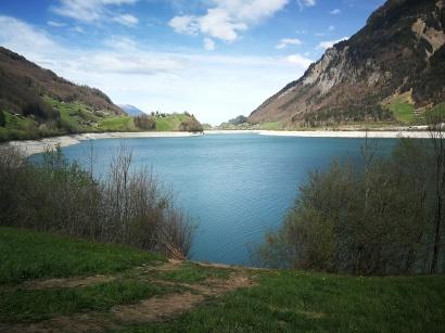 jezioro Lungern - lustro wody widać opadło o ponad 15 metrów