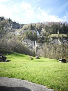 malowniczy wodospad w Lungern