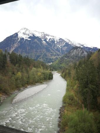 rwąca rzeka widziana z drewnianego mostu dla rowerzystów