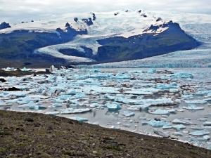 jęzor lodowca Vatnajökull oraz kry lodowe z jego czoła w jeziorze polodowcowym
