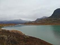 jezioro na szlaku przed Alesjaure