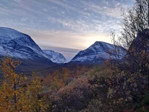 ostre szczyty na końcu szlaku, obok Kebeknaise Fjallstation