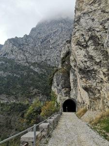 tunel w zboczu przy jeziorze Garda, droga przemytników