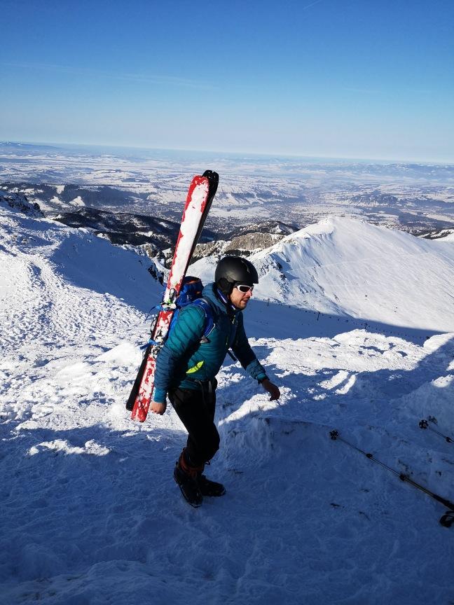 na Beskidzie w Tatrach zimą z nartami na plecach