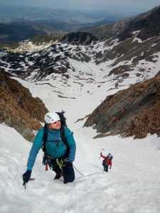 uwiązny liną z partnerem przed Świnicką przełęczą