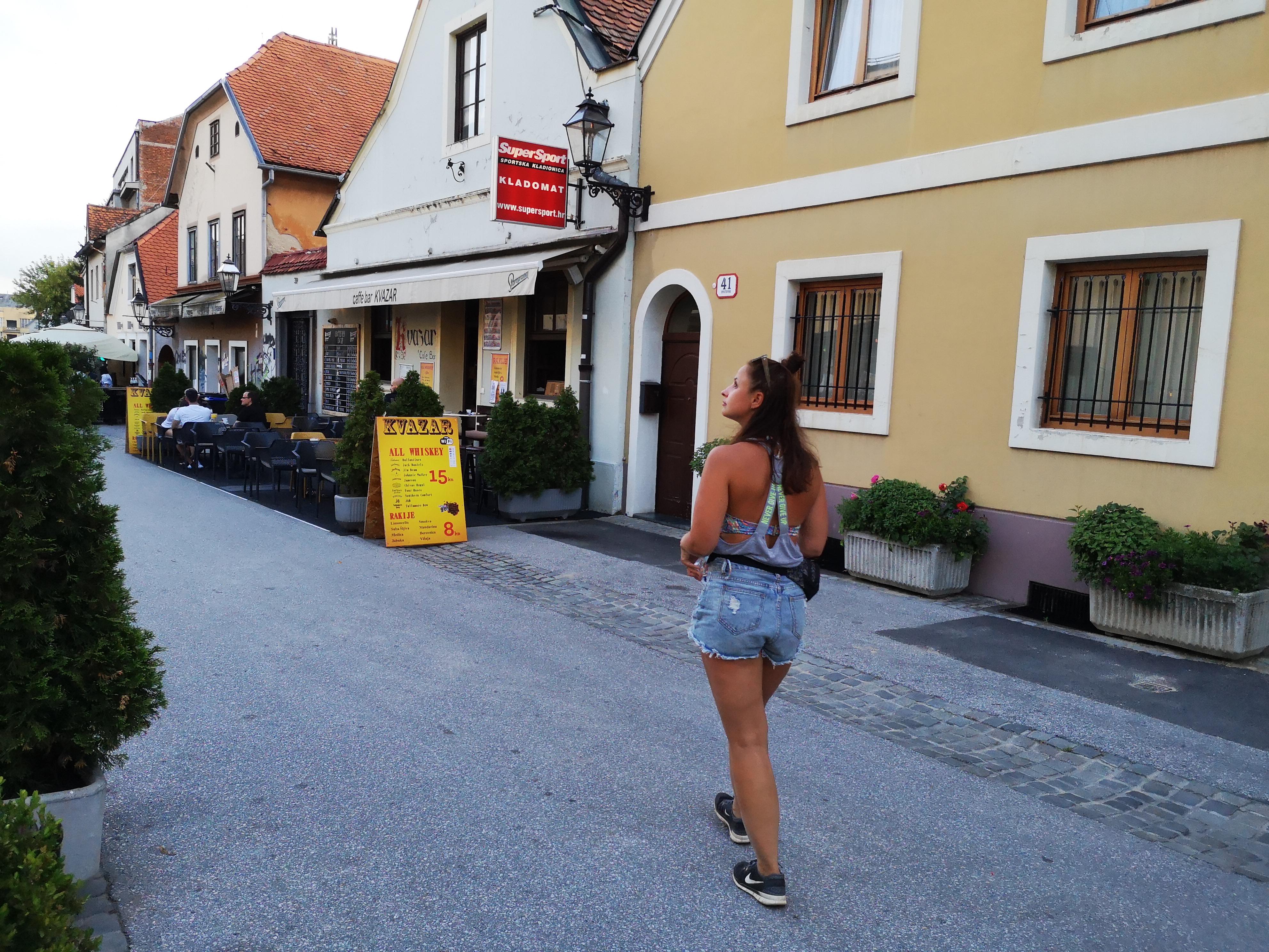 spacer uliczką pełną knajpek