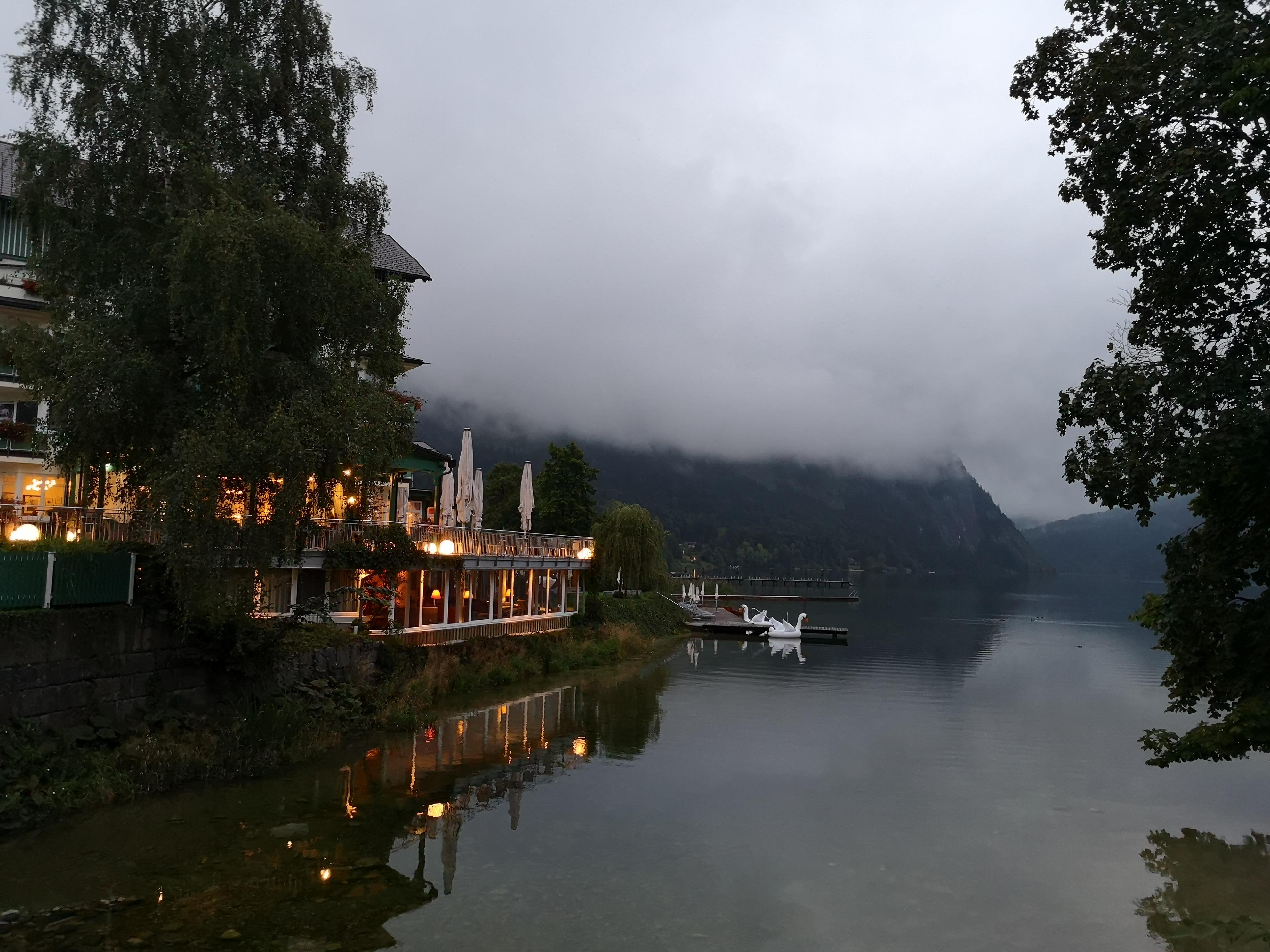 pochmurny wieczór nad jeziorem Altsee