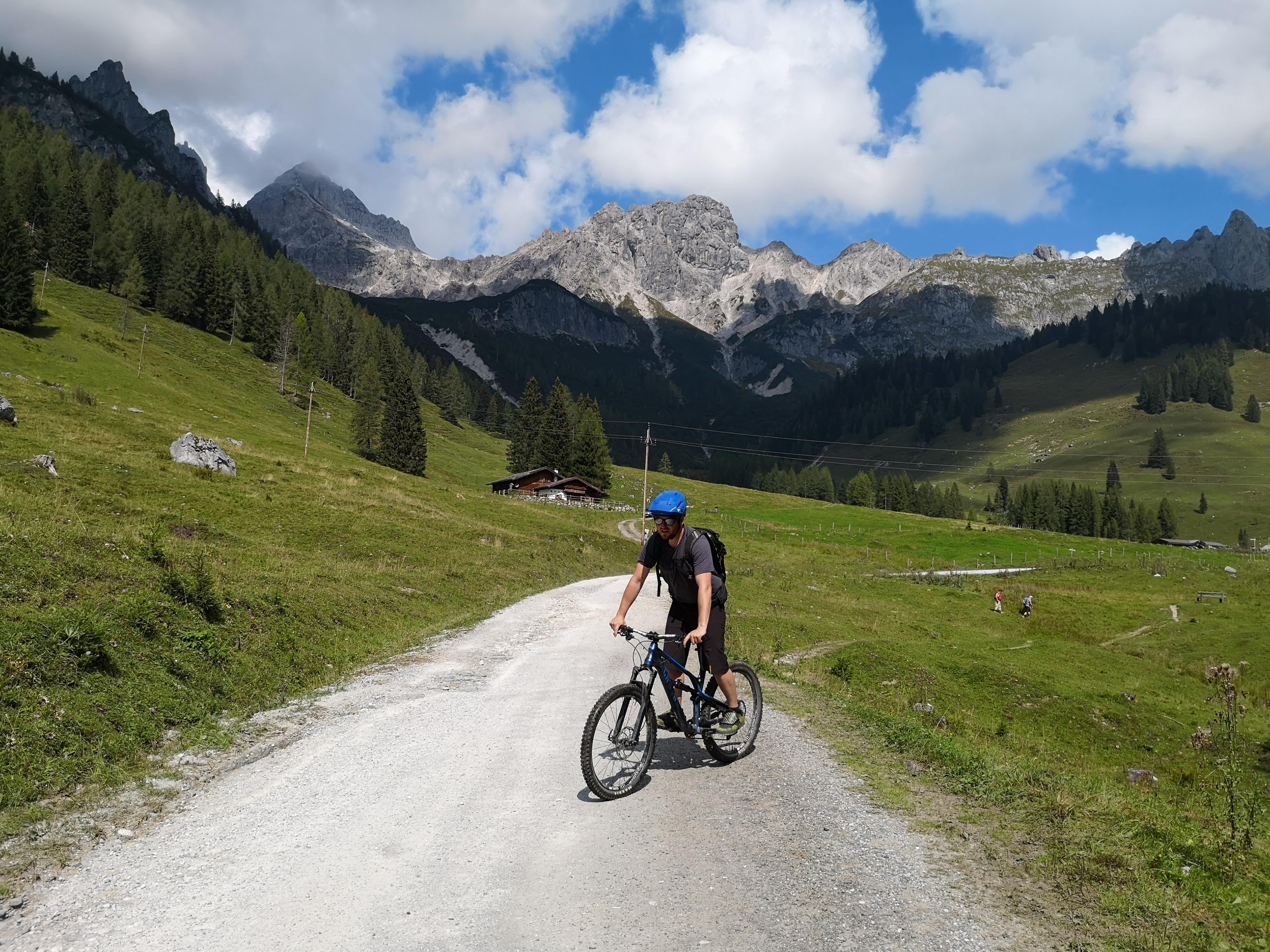 rowerzysta w pięknych górach