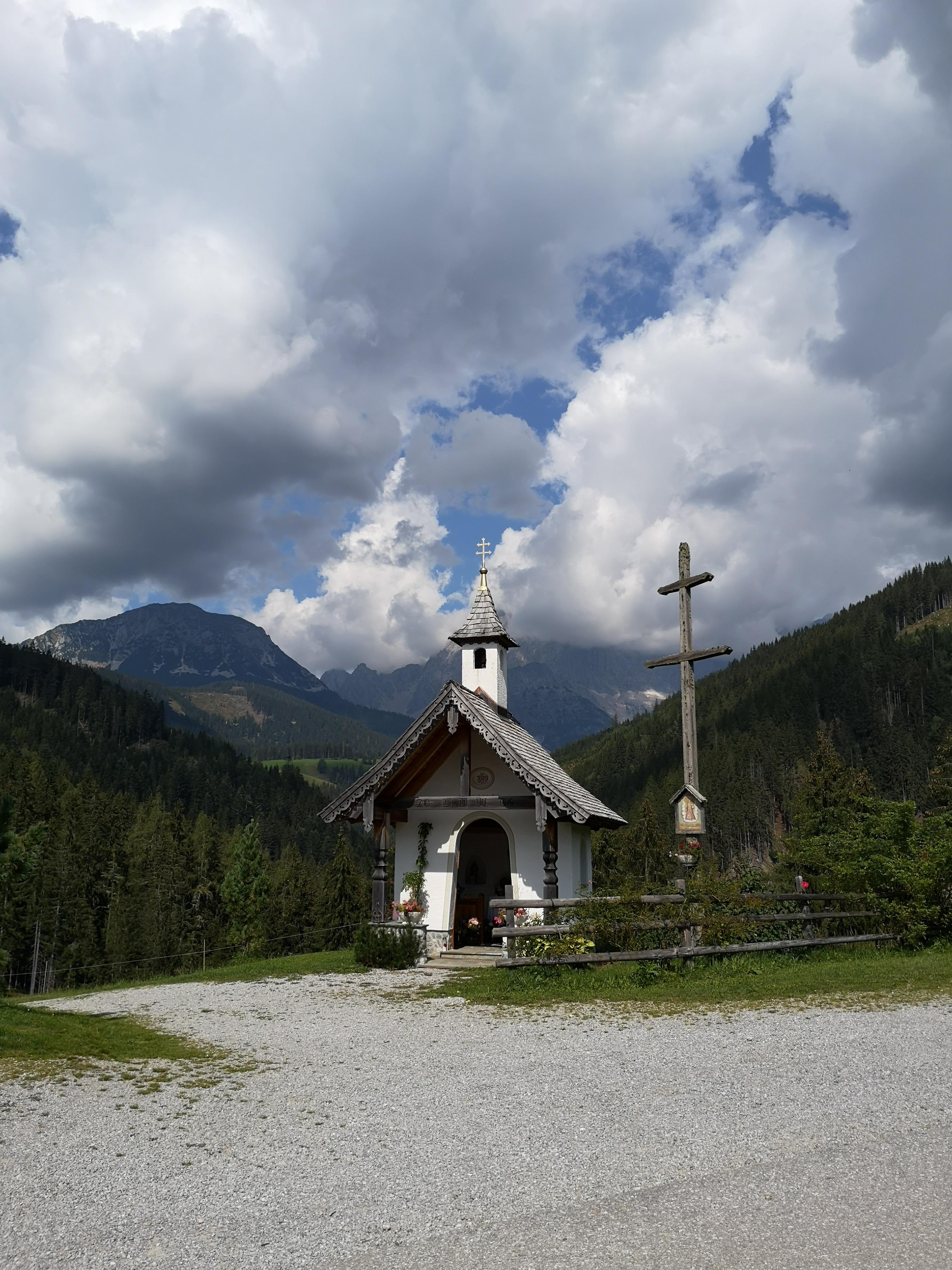 kapliczka na trasie górskiej