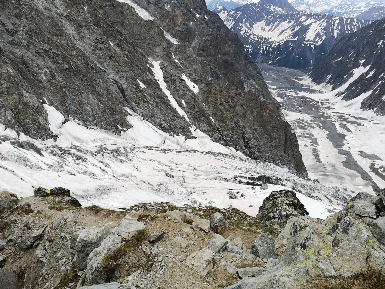 na drugim planie lodowiec Miage, zaś na pierwszym górny lodowiec