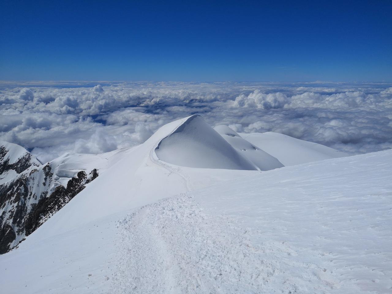 siodła, przez które prowadzi trasa na i ze szczytu
